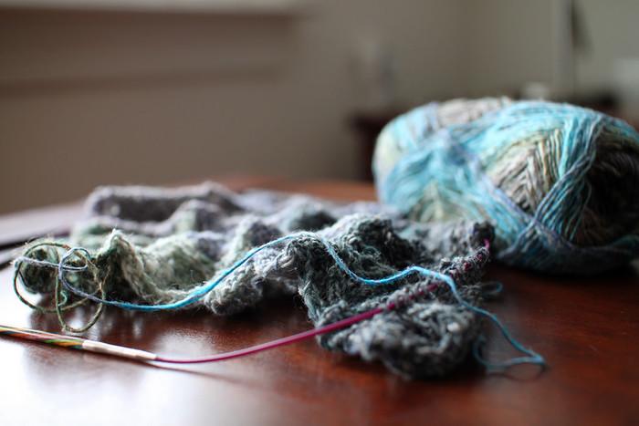 引っ掛けて穴を開けたり虫食いの穴が開いてしまうなど、なにかとお直しが必要なニット。セーターや靴下など、ニット製品のほつれは毛糸を使ってお直ししましょう。