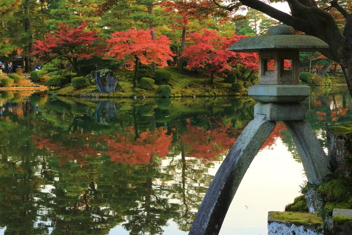 兼六園でもっとも有名な場所が、この「徽軫灯籠(ことじとうろう)」。2本足の独特なフォルムと、対岸の紅葉の対比が美しいですね。水面に映った逆さ紅葉も得も言われぬ美を感じさせます。