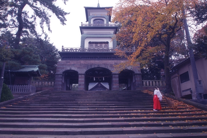 兼六園、金沢城公園からほど近い場所にある「尾山神社」。前田利家と正室のおまつの方を祀る由緒正しい神社です。特に、国の重要文化財に指定されている山門は、ステンドグラス入りで異国情緒感じられる不思議な雰囲気。