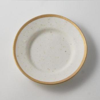 """縁に金彩を施した華やかな""""Gold""""の24cmのプレートは、混じり気のある白さが味わい深いラグジュアリーなお皿。少し深さがあるので、スープやパスタにも使えます。"""