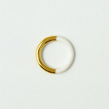 """小玉陶器は食器だけではなくアクセサリーも制作しています。 """"THIS SIDE""""シリーズのリングは、白い陶器のリングに半分だけゴールドを施した珍しいリング。気分によって表面の印象を変えて楽しめます。"""