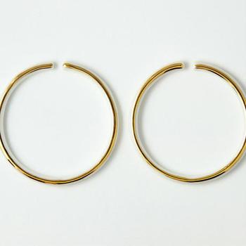 """こちらは""""Gold""""のイヤリングLサイズ。直径6.8cmと大き目のイヤリングは、ゴールドでより一層ラグジュアリーに。"""