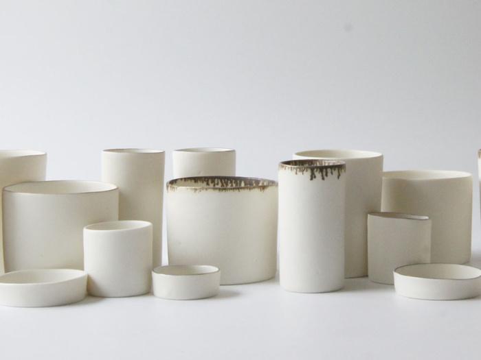 """石膏型の中に液体の土を流しいれて作成するテーブルウェア""""LEVEL""""シリーズをはじめ、素材の良さや特徴を生かした柔らかさのある作品を多く生み出す「小玉陶器」。ひとつとして同じものはない、独特の存在感が魅力的です。"""