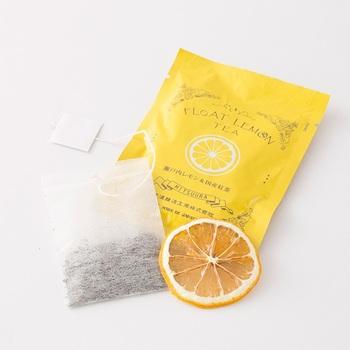 山口県で1865年から醤油やお味噌をつくり続けてきた光浦醸造から生まれた国産有機紅茶のフロートレモンティーは、瀬戸内産の輪切り乾燥レモンと国産の紅茶のティーバッグがセットになった新しいカタチのレモンティーです。