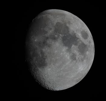 満月だけではなく、欠けている月も風情があります。最近は、スマホのアプリで星座や月がどちらの方角に見えるのかわかるものもあるので、活用すると、より深く夜空を満喫することができます。