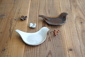 福岡県小石原にある圭秀窯のトリ小皿。幸せな気持ちになれる可愛い鳥モチーフの小皿は、お祝いの品としてピッタリです。