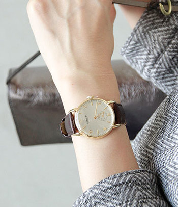 写真は、アンティークデザインが人気のビンテージリバイバルウォッチ。腕時計は小さな芸術品というブランドの信念がそのまま表現されています。牛革レザーの上質なベルトも腕に馴染みます。