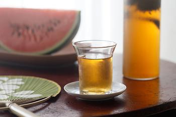 炒り立ての茶葉の香りが楽しめる、すすむ屋茶店の水出し茶(くきほうじ茶)。麦茶よりもスッキリと上品な味わいなので飲みやすいところも魅力。ほうじ茶ならではの香ばしい風味も堪能することができ、こちらも暑い日にオススメの茶葉です。