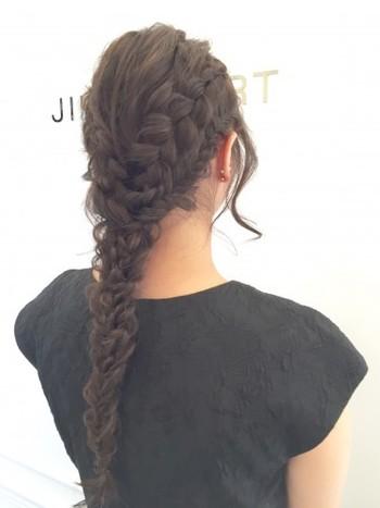ゆるい編み込みで全体をすっきりまとめると涼しげで、後ろ姿も美人な印象です。ゆるめに編んでから後れ毛を少しつまみ出すのがポイントです。