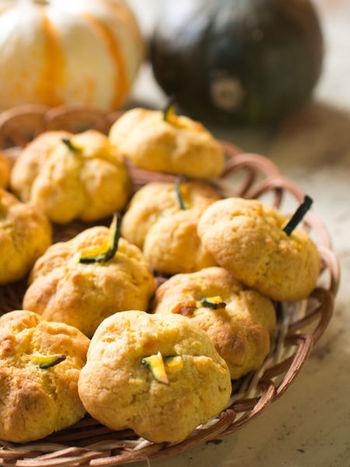 ホットケーキミックスを使って作る簡単カボチャクッキー。形もカボチャに成型して、ホクホク美味しい仕上がり!