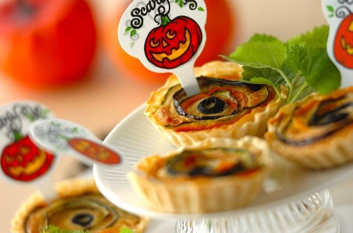 餃子の皮とたくさんの野菜で作るキッシュは、ミニサイズなので、ハロウィンはもちろん、普段のおかずや持ち寄りにもおすすめです!