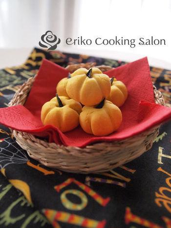 かぼちゃ・バター・砂糖・薄力粉で作る、ぼってりしたカタチがとてもかわいいクッキー。外はサクサク、中はしっとり!簡単なのでお菓子作り初心者さんにもおすすめです。