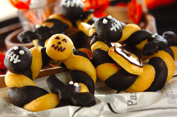 かぼちゃとココアの生地をねじり上げて作ったリース風のハロウィンパン。甘すぎないので甘い物が苦手な人にもおすすめです。