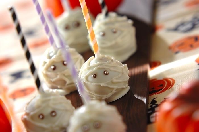 ちょっぴり不気味でかわいい♪ミイラのロリポップケーキ。ハロウィンはかぼちゃのお菓子が多いので、目立つこと間違いなし! こちらのレシピは市販のバウムクーヘンを使っているのでお手軽に作れますよ。