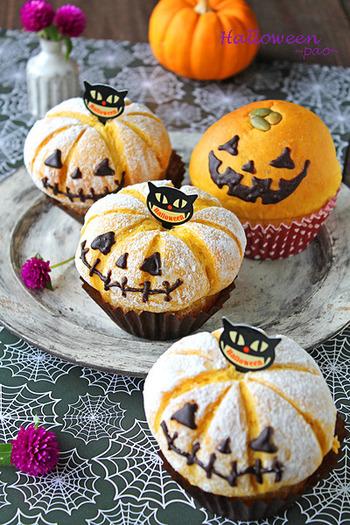 パン生地にかぼちゃを練りこんで、餡にはかぼちゃ&クリームチーズを。中心に向かってクープを入れると本物のかぼちゃみたいになりますよ♪