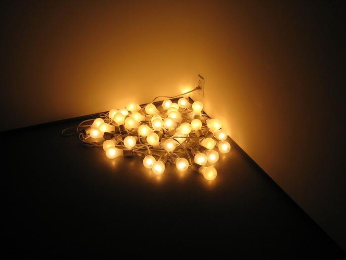 電球部分にボリュームがあるなら直接床に置いて間接照明として使っても素敵です。