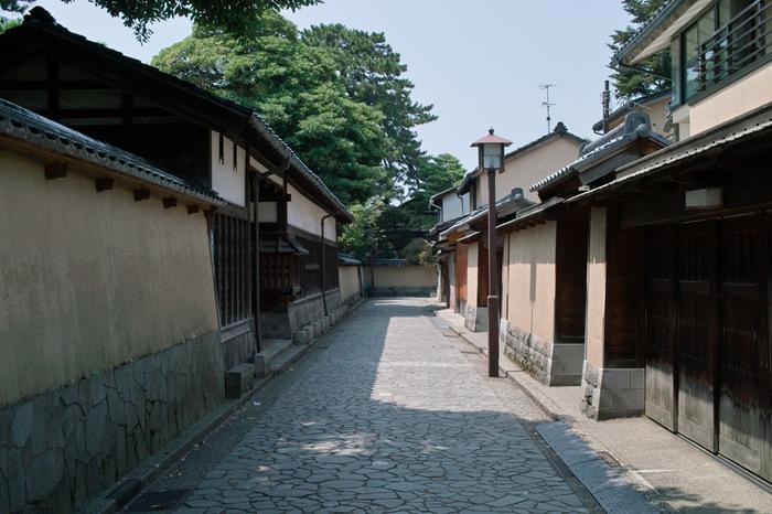 金沢の都会的な繁華街「香林坊(こうりんぼう)」から路地を入った場所に突如広がるのが、江戸時代にタイムスリップしたかのようなこちらの「長町武家屋敷跡」。
