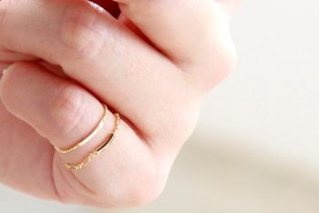 ■甲丸フィガロ0.53 チェーンリング ar-ch-r09-sg  細いチェーンとプレートが女性らしい、チェーンリング。指が動くたびにプレートがキラリと輝きます。大人のさりげないおしゃれに。