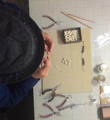 デザイナーの中村裕也さんは、家業である和紙を使って古文書や絵画のレプリカを作る仕事を8年間続けていました。  そんな折、和紙の需要が衰退していることに気付きます。