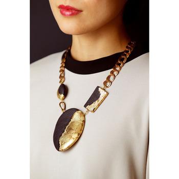 和紙ネックレスに強めな印象のチェーンを合わせることで、モダンやストリート系ファッションにも馴染む和紙アクセサリーに仕上がっています。
