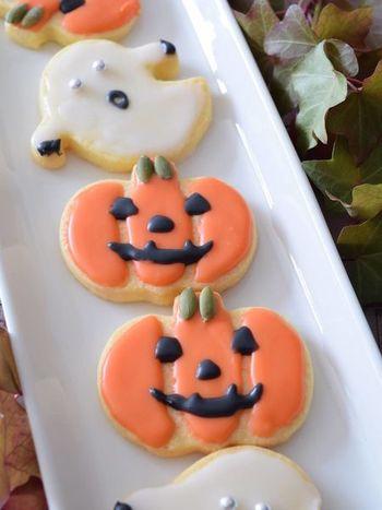 シンプルなクッキーには、アイシングでかわいいハロウィンクッキーに♪派手な色のアイシングはちょっと…という方にもおすすめの、やさしい色合いのクッキーです♪