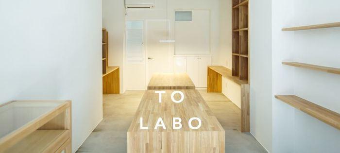 山梨県甲府市に継承されてきた貴石彫刻加工の技術を、現代に受け継いでいるジュエリーブランド「TO LABO(トゥラボ)」。  ショップと工房の二つの機能を併せ持っている「TO LABO」を、山梨県甲府市のオリオンイーストに2014年にオープンしました。