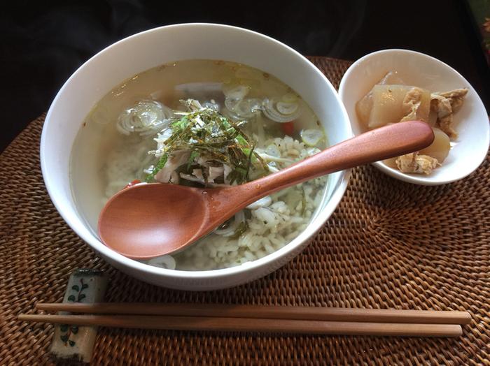 お茶のほかに烏龍茶葉入りのご飯を使った「八宝茶漬け」も。きんつば、お汁粉など甘いものもありますよ。いずれも中国らしい薬膳食材が使われていて、体にもやさしそうです。