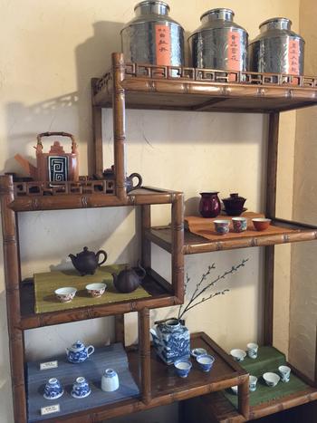 店内では、茶器や茶葉等の販売もしています。店主の方が、台湾などで買いつけてきた珍しい茶葉も。美しい茶器は見ているだけで、気持ちが落ち着きますね。