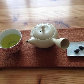 『札幌茶楼 茶譜』と同じビルの同じフロアにある日本茶カフェ。日本全国の茶所から集められたお茶をいただくことができます。どれも同じように感じる日本茶に味の違いがあることがわかり、驚くかもしれません。