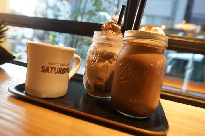 店内で作ったチョコレートを使ったドリンクも飲めるのが特徴。アイスチョコレートは人気商品のひとつです。ほかにもチョコレートに合うコーヒーなどもいただけます。