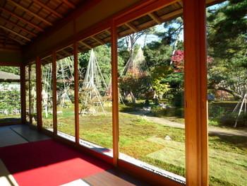兼六園内にある茶室で、一服はいかが? 美しい庭園を眺めながら、抹茶と和菓子を味わいましょう。