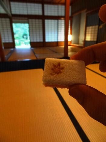 煎茶セットは和菓子付き。ほら、もみじの焼印が秋を感じさせてくれます。