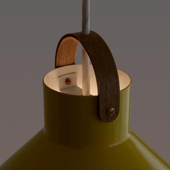 コードの長さは調整が可能。木製パーツの上部からわずかに漏れる光を天井に反射させてもステキですね。