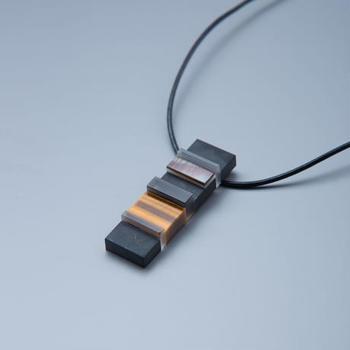 オニキスや黒蝶貝を使って作られた、カジュアルなのに上品な印象を与えるネックレスです。