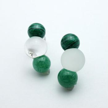グリーンやブルーなど、カラー展開も豊富なのでお好み色のピアスを見つけてみてくださいね。