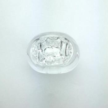 水晶を裏から彫る「インタリオ」と呼ばれる技術を用いて作られた指輪。表から見ると、まるで泡が指輪の中に閉じ込められているかのように見えますよね。