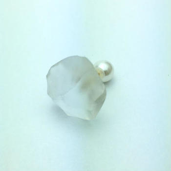 こちらも「かち割り」を用いて作られたピアス。職人の手で砕かれた天然水晶の割れた表面をそのまま使用することで、大胆で斬新な形を作り上げています。