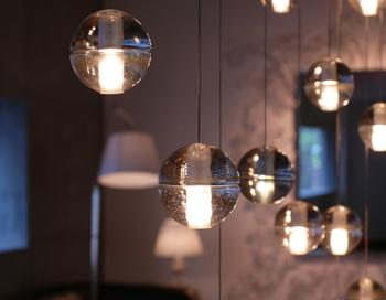 無垢のリサイクルガラスを原料にして作られたライトは、点灯するとまるでキャンドルのような温もり。レトロとモダンを併せ持った照明です。