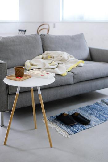 ソファーに明るいカラーのクッションや、ブランケットを置くだけで冬仕様に模様替えできます。肌触りの良い素材と色味を プラスするだけなのに、クールなお部屋がいっきにあたたかなイメージになりますよ。