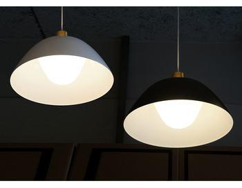 2重構造のシェードは、内側のアクリルシェードが不快な眩しさを軽減し、アルミシェード内側の白い塗装が、光を均一に拡散します。
