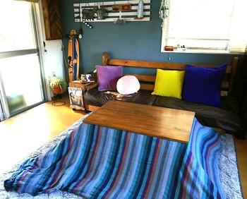 こたつを置くのは和室でなくても大丈夫。リビングのコーヒーテーブルを冬の間はこたつに置きかえてみるのもアリ。ただし、カバーなどはシンプルなタイプやインテリアに合わせたものをセレクトして、生活感が出ないように気をつけて!体があたたまったらこたつからソファへ移動…。居心地が良すぎて、リビングから離れられなくなりそう♪