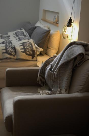 白熱灯のあたたかみのある光が、冬のお部屋をふんわりと照らしてくれます。LED電球でも、従来の白熱灯の雰囲気を出せるものもあるのでおすすめです。