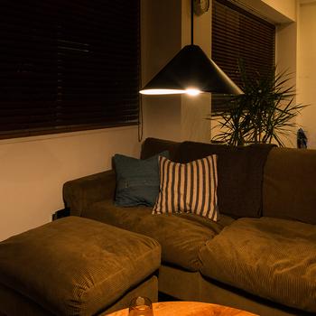 ねじれの効果は、場所によって明るさと翳りの表情を見せてくれます。部屋を明るくするだけでなく、空間の雰囲気まで変えてくれる照明ってステキですね。