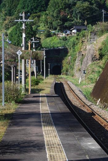 単式1面1線のホームからは、名水百選に選ばれている岩屋湧水が湧き出す釈迦岳トンネルを臨むことができます。