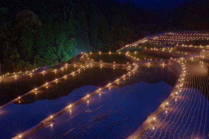 毎年田植え後には、棚田の火祭りが開催され、棚田の畦には約1200本のトーチが燈されます。しんと静かな水田と、ほんのりとやさしく燈された灯りが織りなし、竹の棚田は幻想的な雰囲気に包まれます。