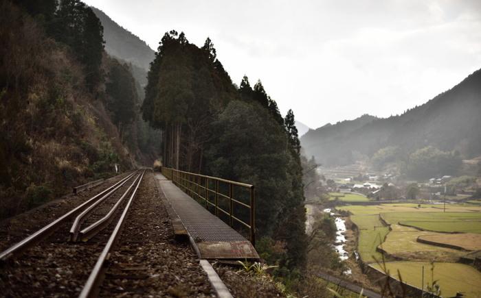 福岡県中南部に位置する東峰村は、人口約2000人の村です。山に囲まれ、豊かな自然が残る東峰村は景勝地の宝庫でもあり、至る所で風光明媚な景色が広がっています。