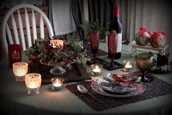 クリスマスにぴったりなボルドーカラーがアクセントのデコレーション。  カットの美しいグラスを取り入れた、お洒落で簡単なアイディアです。