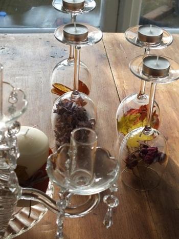 ワイングラスをガラスドームのように使った目から鱗のアイディア。キャンドルスタンドも兼ねています。
