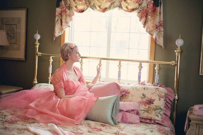 窓からの睡眠妨害を防ぐためには、ベッドはできるだけ壁際に持っていきたいところ。部屋の広さに余裕があればいいけれど、そうじゃない場合はどうすれば?