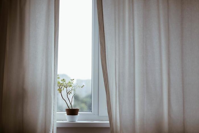 どうしても壁際に置かざるを得ない時は、窓の大きさに関わらず長めのカーテンを取り付けると、保温効果がUP。また顔のところだけでも壁があると、眩しい朝日を遮ってくれるので寝やすくなります。